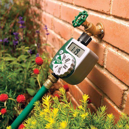 تایمر آبیاری اوربیت نصب شده روی شیر در باغچه منزل