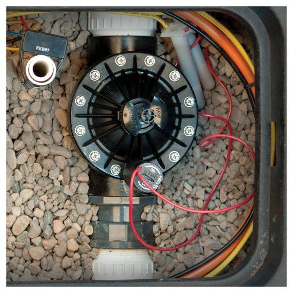 شیر برقی هانتر 2 اینچ سری PGV نصب شده در خط لوله آبیاری