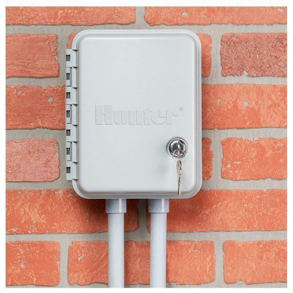 کنترلر آبیاری هانتر 4 ایستگاهه درب دار سری X-Core نصب شده روی دیوار