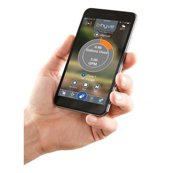 در حال کار با اپلیکیشن تلفن همراه تایمر آبیاری اوربیت آمریکا مدل B-Hyve