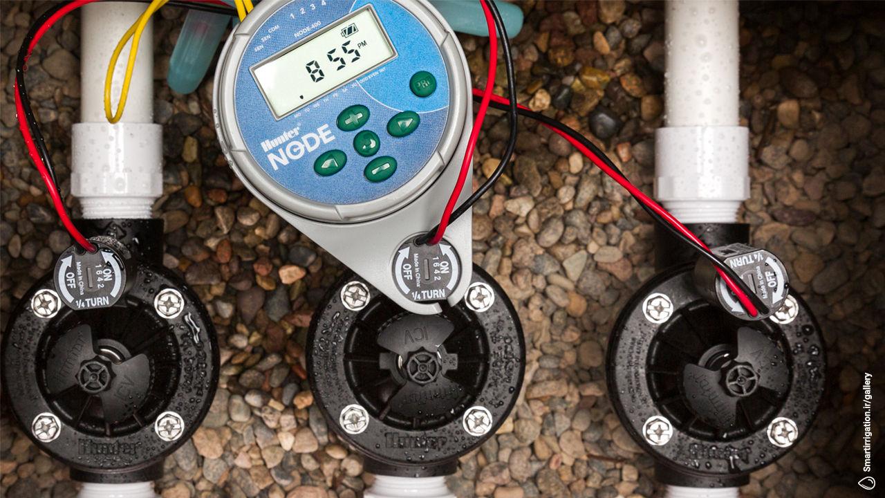 کنترلر آبیاری باتری خور نصب شده همراه با شیر های برقی