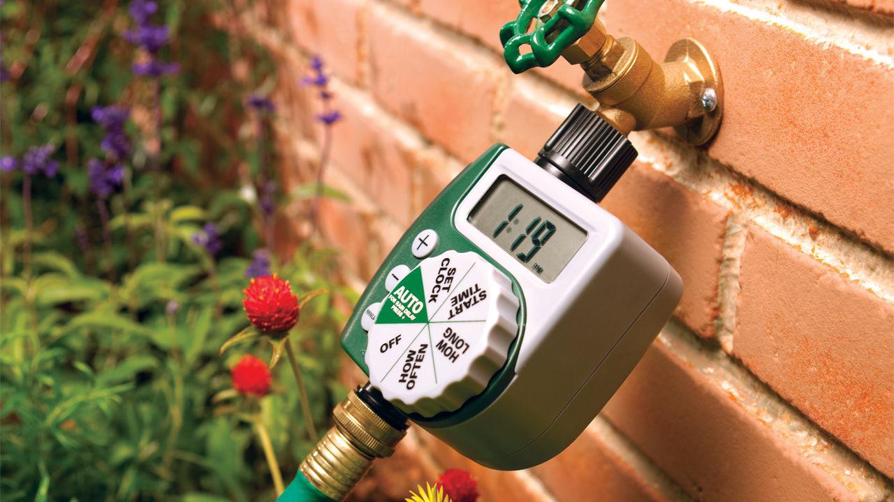 تایمر آبیاری اتوماتیک نصب شده در باغچه حیاط
