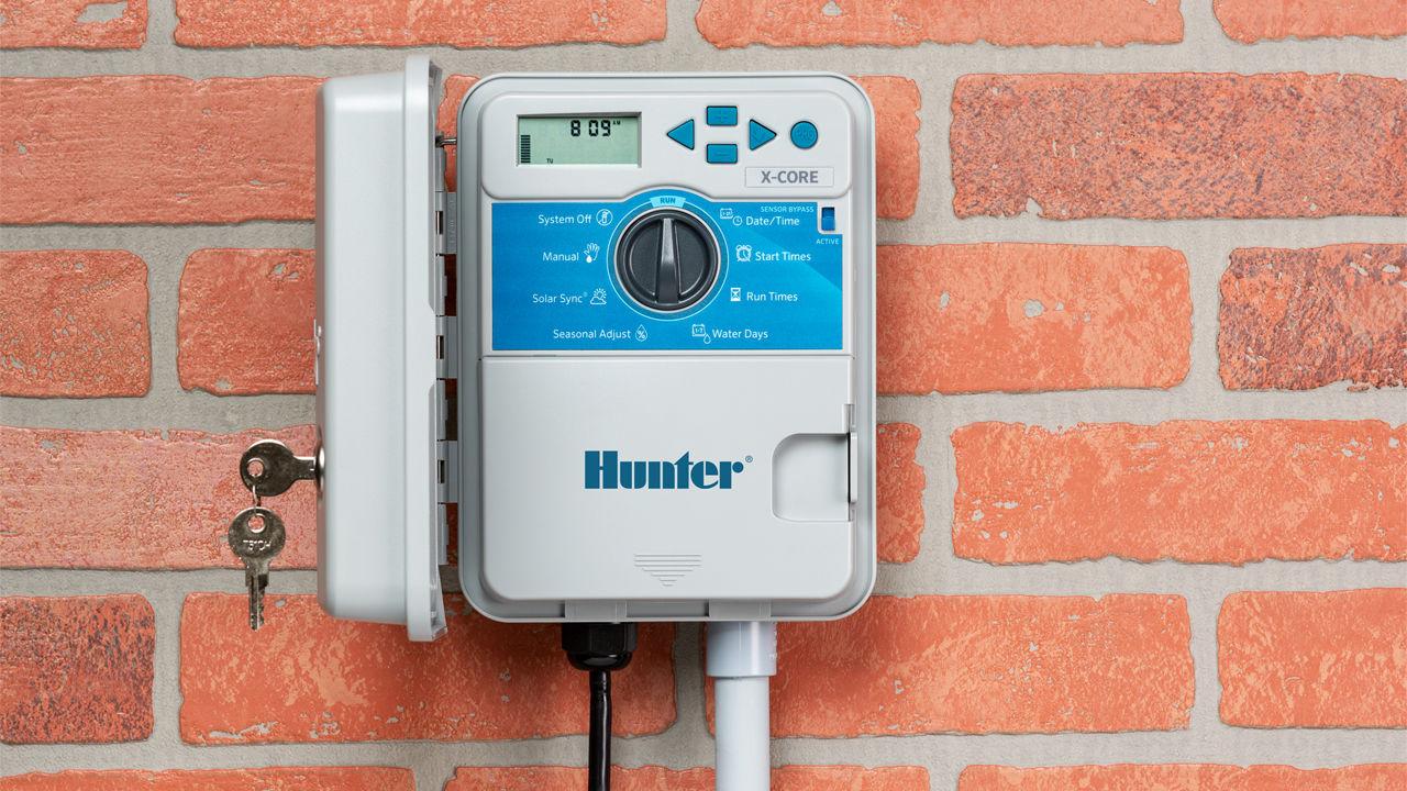 کنترلر آبیاری برقی نصب شده روی دیوار